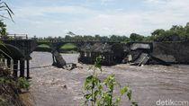 Pondasi Tergerus Arus Sungai, Jembatan Penghubung Jember-Lumajang Putus