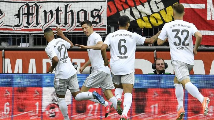 Bayerns Robert Lewandowski, 2nd from left, is celebrated after scoring the opening goal during the German Bundesliga soccer match between 1. FC Cologne and Bayern Munich in Cologne, Germany, Sunday, Feb. 16, 2020. (AP Photo/Martin Meissner)