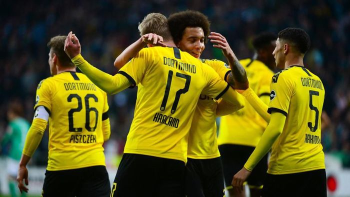 Dortmunds Norwegian forward Erling Braut Haaland celebrates with teammates after scoring during the German first division Bundesliga football match Werder Bremen vs BVB Borussia Dortmund, in Bremen, northern Germany on February 22, 2020. (Photo by Patrik Stollarz / AFP) / DFL REGULATIONS PROHIBIT ANY USE OF PHOTOGRAPHS AS IMAGE SEQUENCES AND/OR QUASI-VIDEO
