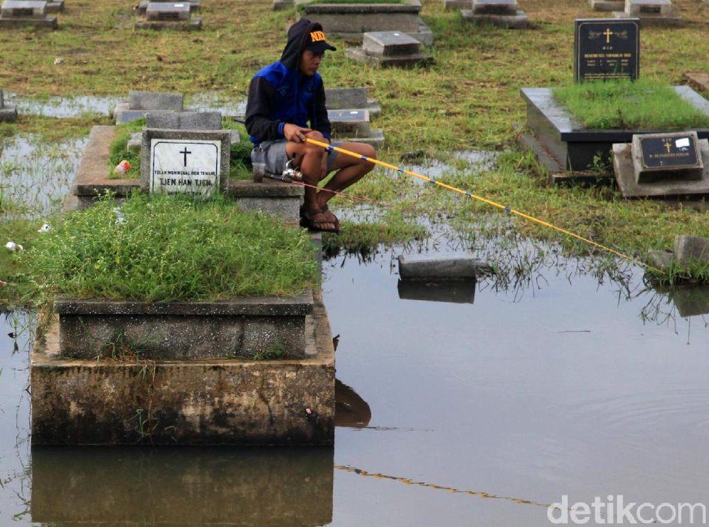 Warga Mancing di Areal TPU Tanah Kusir, Kasudin: Kan Belakangnya Kali
