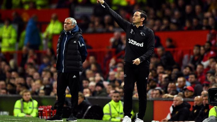 MANCHESTER, ENGLAND - SEPTEMBER 25: Frank Lampard of Derby County gives his team instructions as Jose Mourinho, Manager of Manchester United looks on during the Carabao Cup Third Round match between Manchester United and Derby County at Old Trafford on September 25, 2018 in Manchester, England.  (Photo by Gareth Copley/Getty Images)