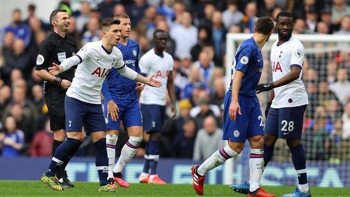 LONDON, ENGLAND - FEBRUARY 22: Giovani Lo Celso of Tottenham Hotspur argues with Cesar Azpilicueta of Chelsea during the Premier League match between Chelsea FC and Tottenham Hotspur at Stamford Bridge on February 22, 2020 in London, United Kingdom. (Photo by Julian Finney/Getty Images)