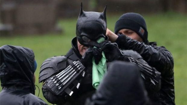 Penampakan kostum Batman versi Robert Pattinson