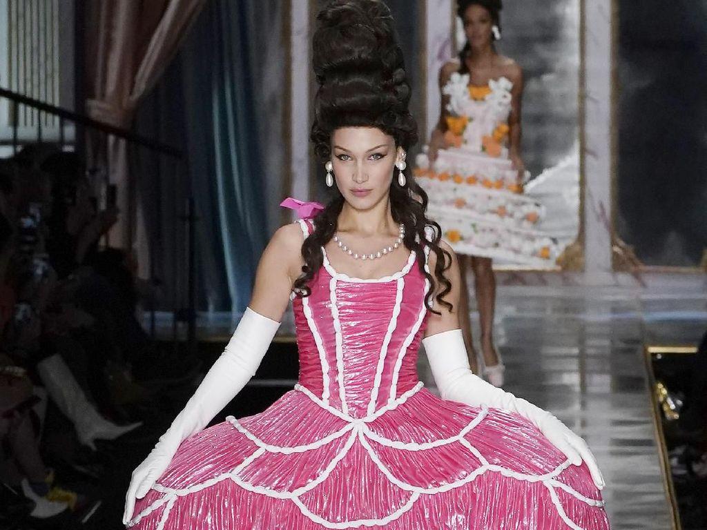 Foto: Bella dan Gigi Hadid Jadi Marie Antoinette Seksi di Show Moschino