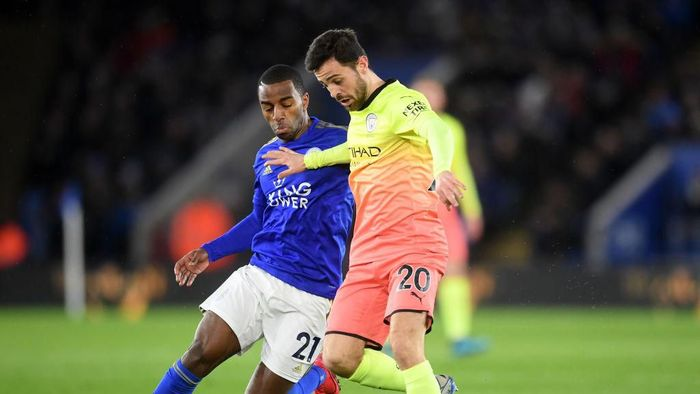LEICESTER, ENGLAND - FEBRUARY 22: Bernardo Silva of Manchester City runs from Ricardo Pereira of Leicester City during the Premier League match between Leicester City and Manchester City at The King Power Stadium on February 22, 2020 in Leicester, United Kingdom. (Photo by Michael Regan/Getty Images)