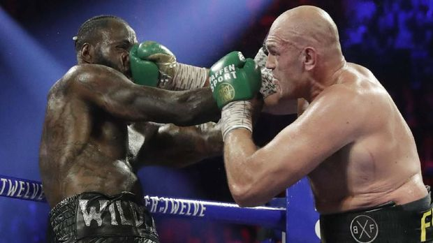 Tyson Fury terus menekan Deontay Wilder sepanjang pertarungan.