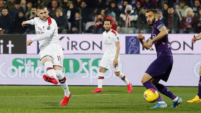 FLORENCE, ITALY - FEBRUARY 22: Ante Rebic of AC Milan scores the opening goal during the Serie A match between ACF Fiorentina and  AC Milan at Stadio Artemio Franchi on February 22, 2020 in Florence, Italy.  (Photo by Gabriele Maltinti/Getty Images)