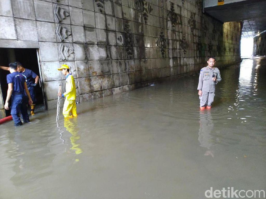Petugas Masih Bersihkan Sisa Banjir di Underpass Matraman