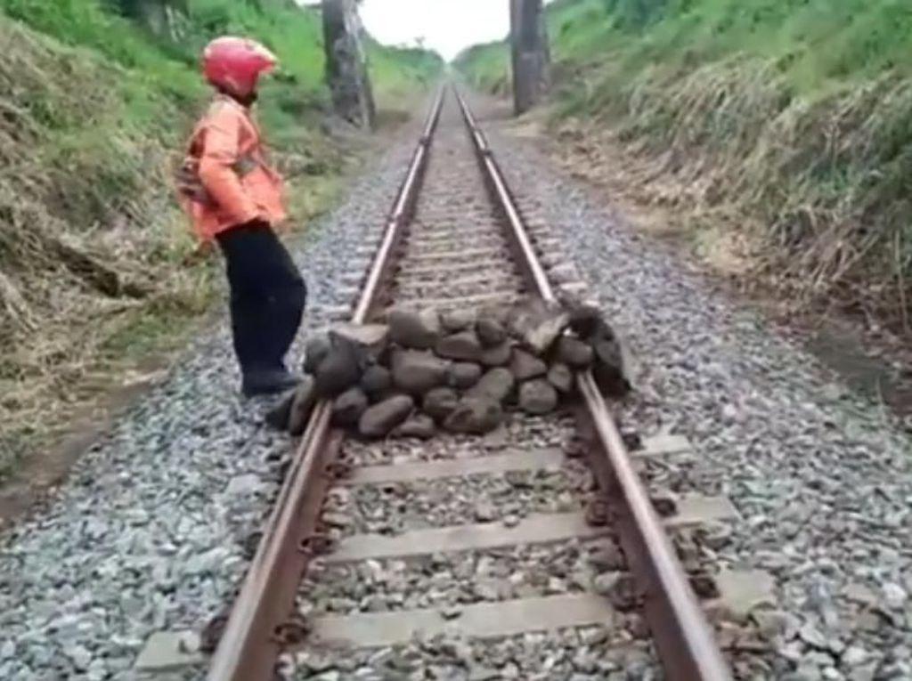 Video Tumpuk Batu Besar di Tengah Rel Lumajang