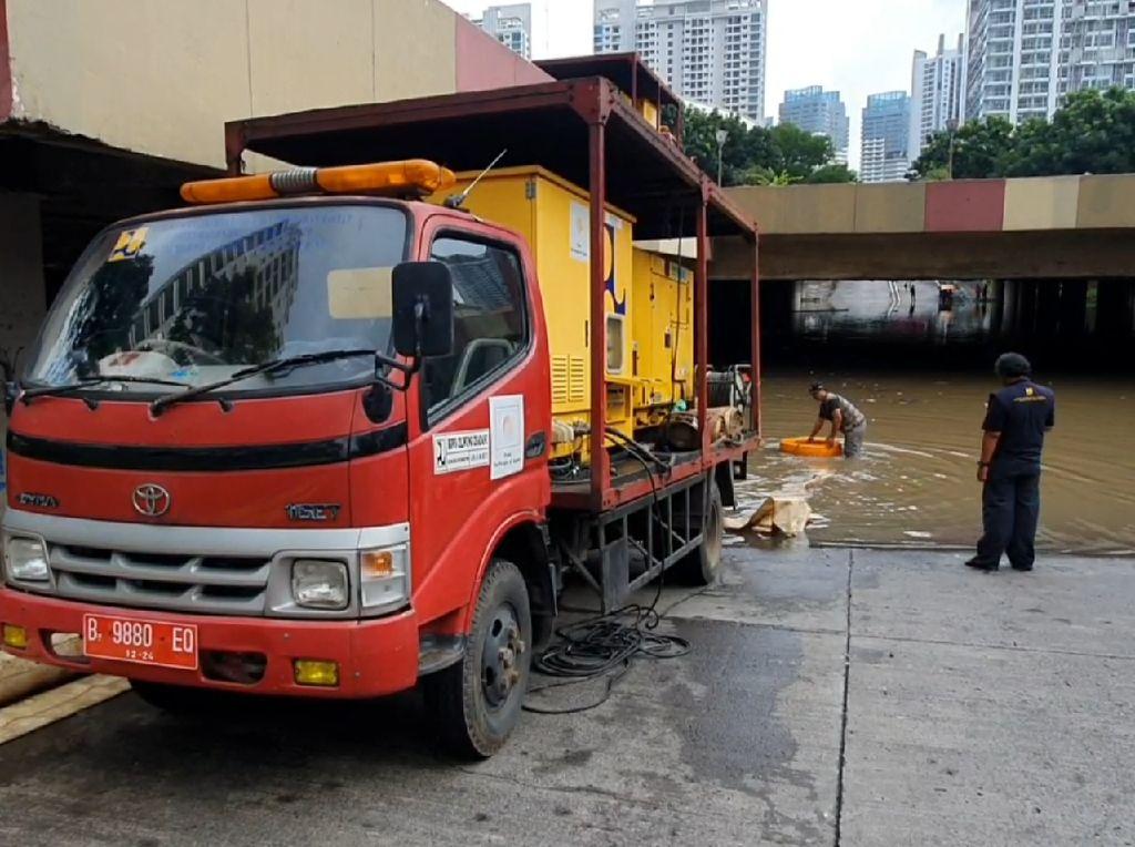 Banjir Setinggi 3 Meter di Underpass Kemayoran Putus Akses Jalan!