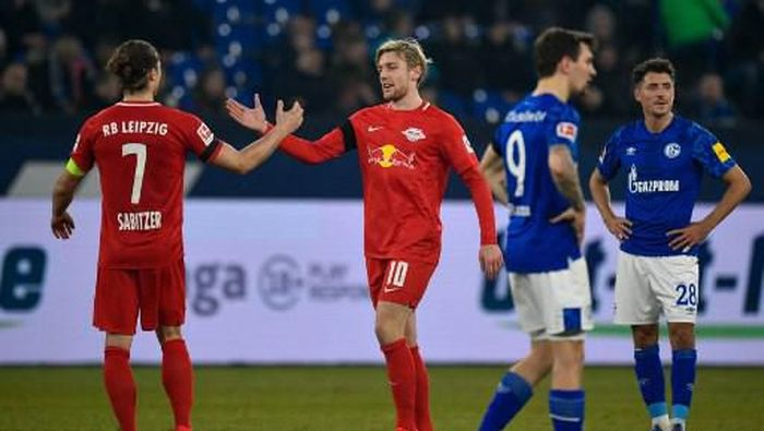 Leipzigs Swedish midfielder Emil Forsberg (C) celebrates with Leipzigs Austrian midfielder Marcel Sabitzer scoring the 0 - 5 goal during the German First division Bundesliga football match between FC Schalke 04 and RB Leipzig on February 22, 2020 in Gelsenkirchen, western Germany. (Photo by SASCHA SCHUERMANN / AFP) / DFL REGULATIONS PROHIBIT ANY USE OF PHOTOGRAPHS AS IMAGE SEQUENCES AND/OR QUASI-VIDEO