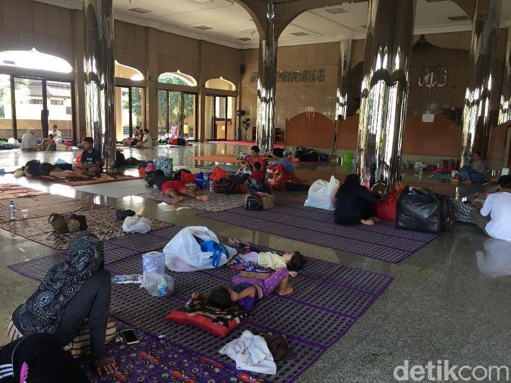 Warga Korban Banjir Cipinang Melayu Masih Bertahan di Pengungsian