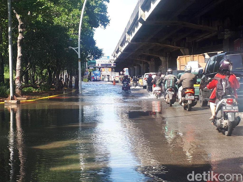 Depan Pintu Tol Sunter Masih Tergenang Banjir