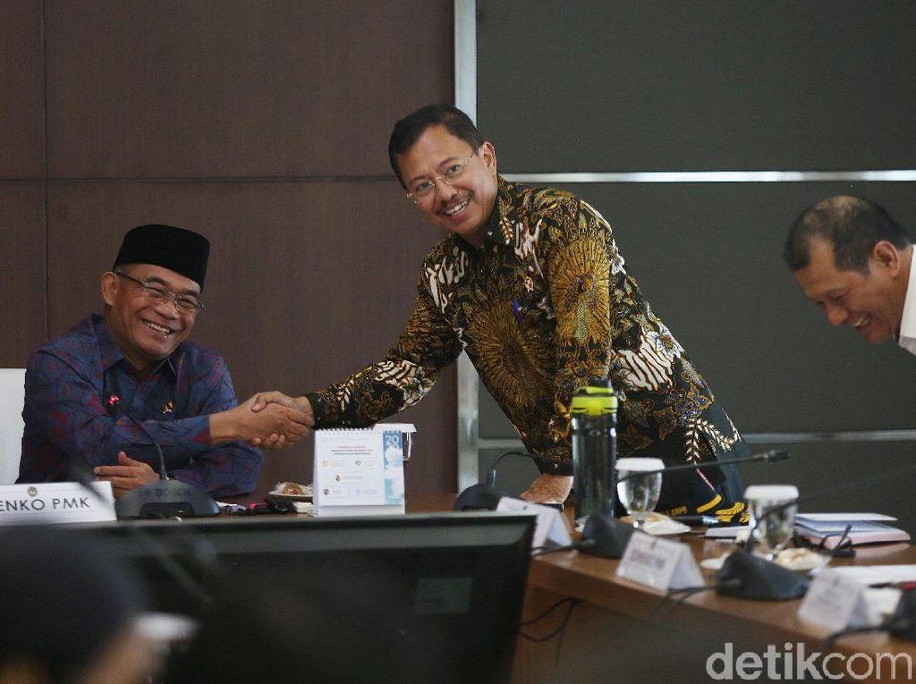 Lega Pemerintah Indonesia Grafik Tambahan Kasus Corona Relatif Rendah