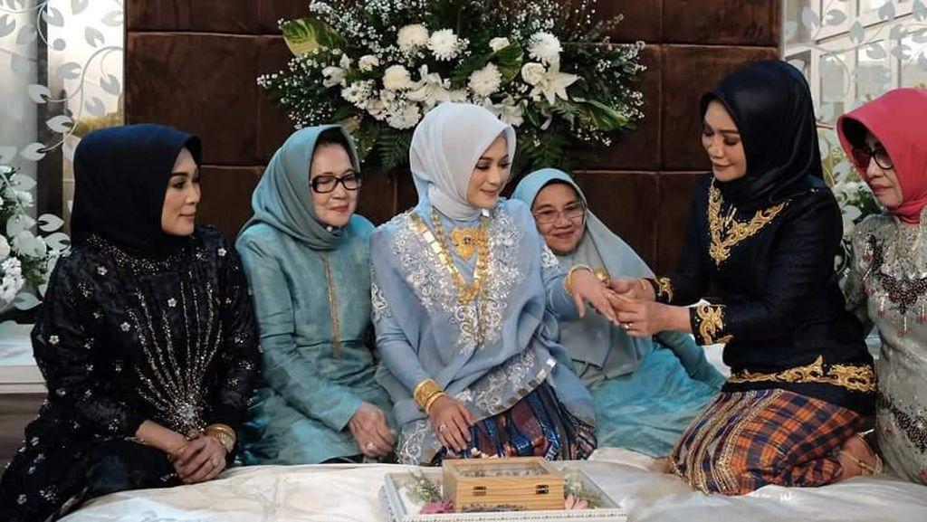 Gaya Putri Bupati Saat Dilamar Anggota DPR dengan Mahar Fantatis
