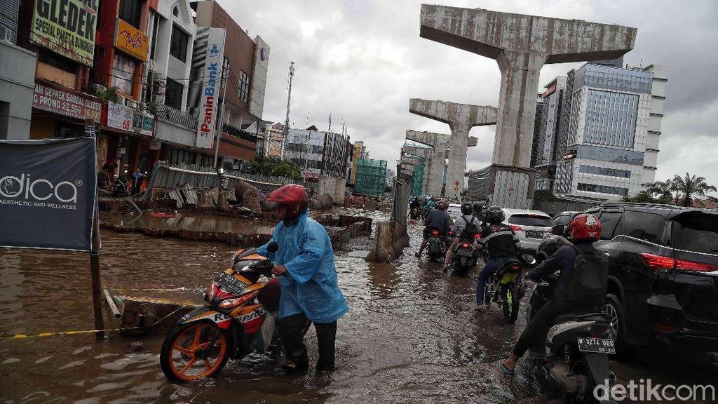 Potret Jalan Boulevard Barat Kelapa Gading yang Masih Tergenang Air