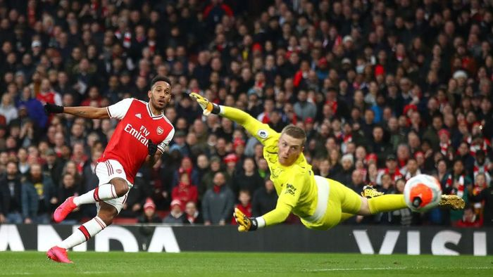 LONDON, ENGLAND - FEBRUARY 23: Pierre-Emerick Aubameyang of Arsenal scores his teams second goal past Jordan Pickford of Everton during the Premier League match between Arsenal FC and Everton FC at Emirates Stadium on February 23, 2020 in London, United Kingdom. (Photo by Julian Finney/Getty Images)