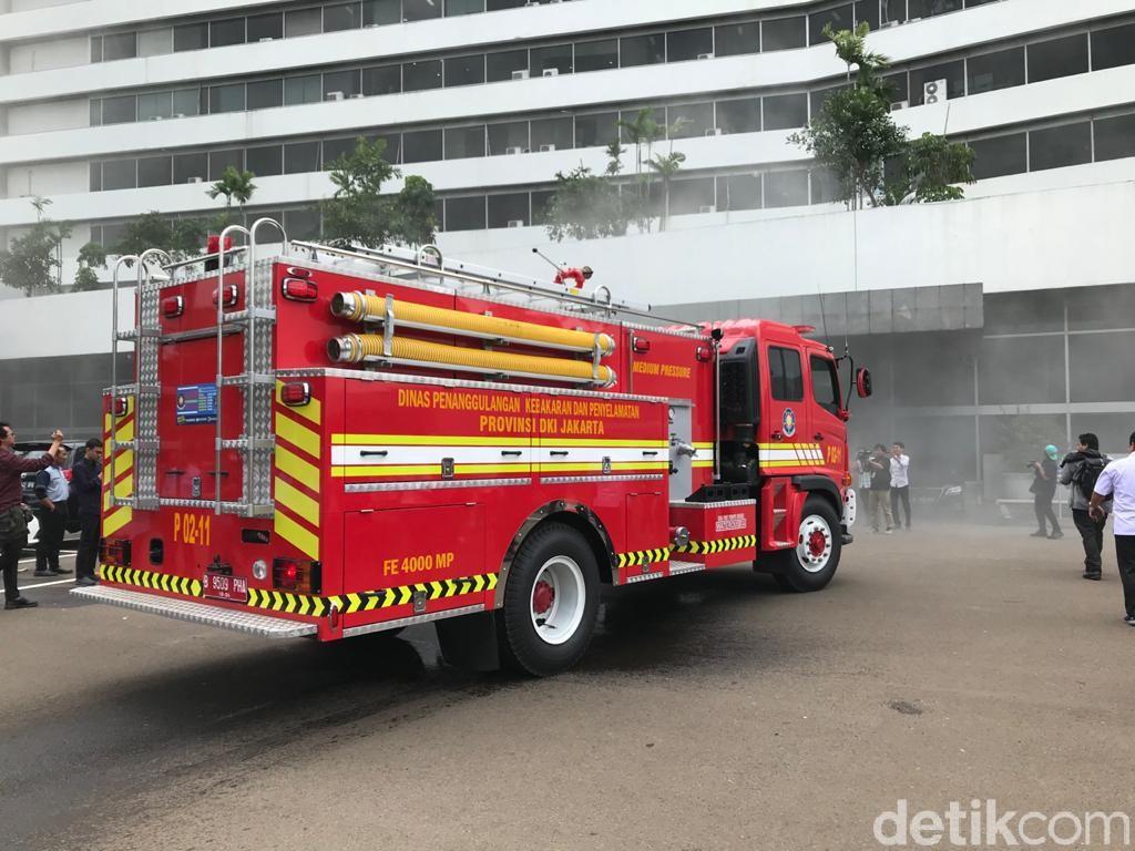 Asap Tebal Selimuti Gedung DPR, 11 Unit Pemadam Kebakaran Dikerahkan