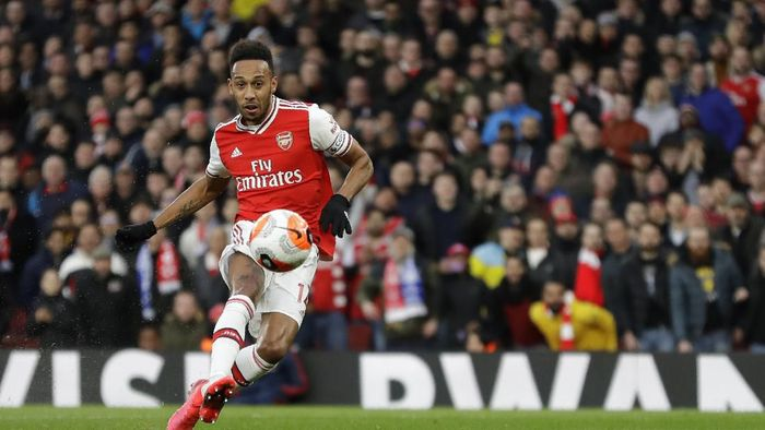 Arsenals Pierre-Emerick Aubameyang scores his sides second goal during the English Premier League soccer match between Arsenal and Everton at Emirates stadium in London, Sunday, Feb. 23, 2020. (AP Photo/Kirsty Wigglesworth)