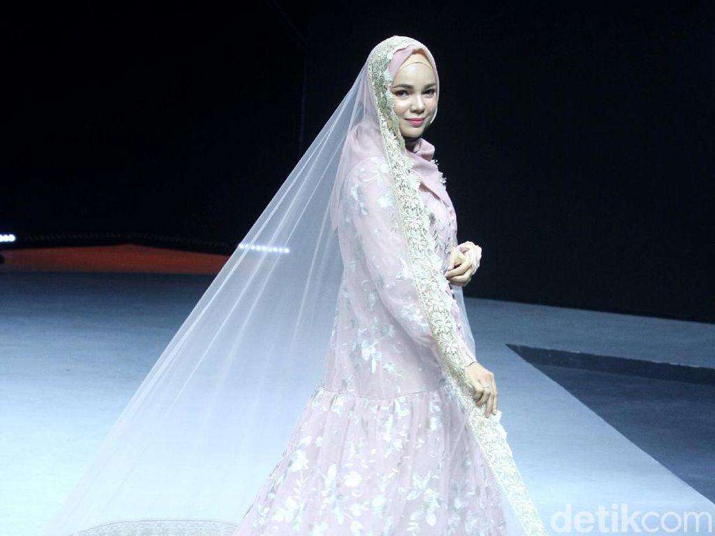 Adu Gaya Hijab Dewi Sandra, Dhini Aminarti dan Selebgram Amerika