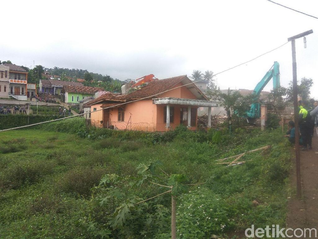 Ekskavator Bongkar 5 Rumah yang Terdampak Proyek Kereta Cepat