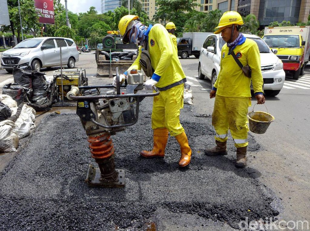 Aksi Pasukan Kuning Perbaiki Jalan Berlubang di Ibu Kota