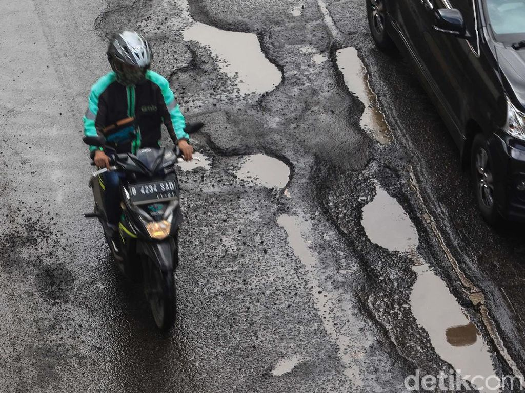 Waduh! Jl Rasuna Said Rusak Usai Diterpa Hujan