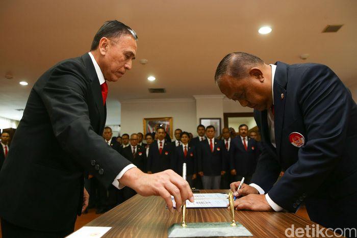 Ketua Umum Komite Olahraga Nasional Indonesia (KONI) Marciano Norman, secara resmi melantik kepengurusan PSSI yang diketuai oleh Mochamad Iriawan yang berlangsung dikantor KONI, Jakarta, Senin (24/2/2020). Kepengurusan PSSI yang baru dilantik ini berlangsung hingga tahun 2023.