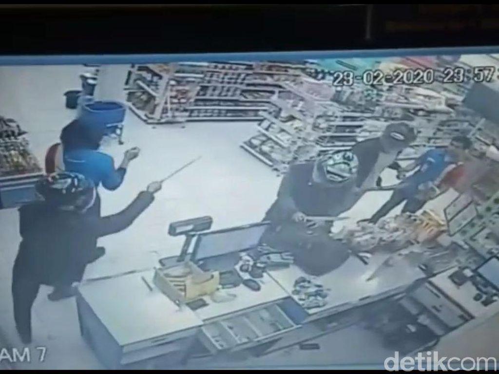 Aksi Perampok di Purwakarta Terekam CCTV, Gondol Uang-Rokok