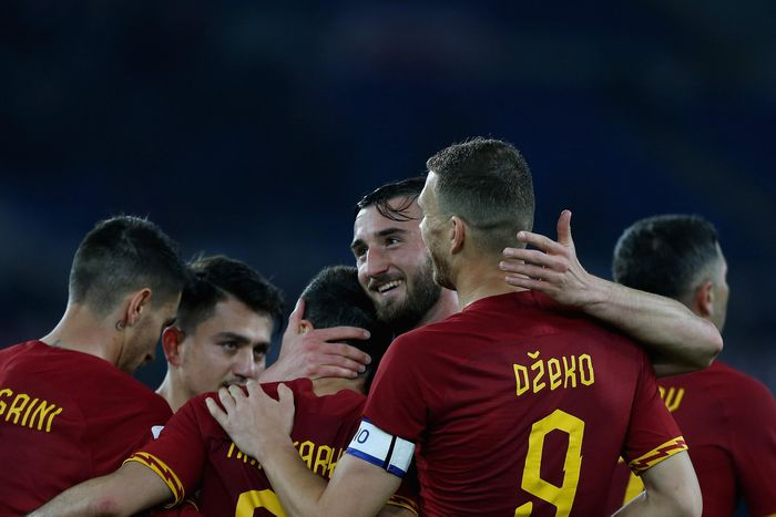 ROME, ITALY - FEBRUARY 23:  Henrikh Mkhitaryan with his teammates of AS Roma celebrates after scoring the teams second goal during the Serie A match between AS Roma and US Lecce at Stadio Olimpico on February 23, 2020 in Rome, Italy.  (Photo by Paolo Bruno/Getty Images)