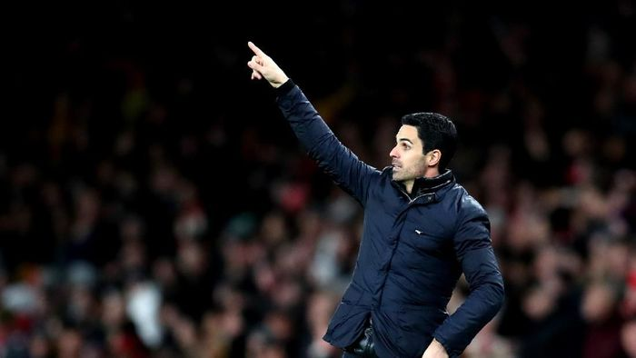 LONDON, ENGLAND - FEBRUARY 23: Mikel Arteta, Manager of Arsenal gives his team instructions during the Premier League match between Arsenal FC and Everton FC at Emirates Stadium on February 23, 2020 in London, United Kingdom. (Photo by Catherine Ivill/Getty Images)