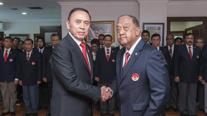 Ketua Umum KONI Pusat, Letjen TNI (Purn) Marciano Norman (kanan) berjabat tangan dengan Ketua Umum PSSI Mochamad Iriawan (kiri) usai pelantikan pengurus PSSI di Gedung KONI, Jakarta, Senin (24/2/2020). KONI pusat resmi melantik pengurus PSSI masa bakti 2019-2023. ANTARA FOTO/Galih Pradipta/ama.