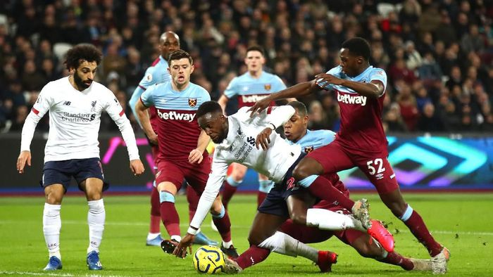 LONDON, ENGLAND - JANUARY 29: Divock Origi of Liverpool is tackled by Issa Diop and Jeremy Ngakia of West Ham United which leads to a penalty for Liverpool during the Premier League match between West Ham United and Liverpool FC at London Stadium on January 29, 2020 in London, United Kingdom. (Photo by Julian Finney/Getty Images)