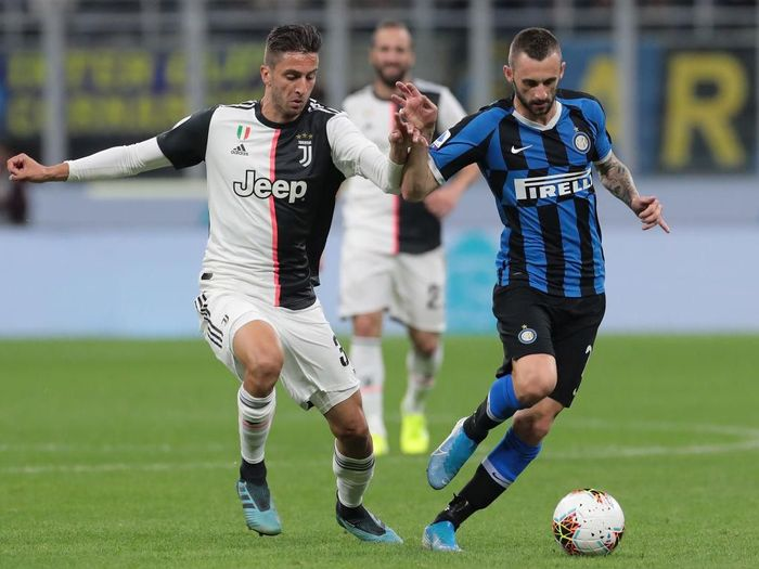 MILAN, ITALY - OCTOBER 06:  Marcelo Brozovic of FC Internazionale is challenged by Rodrigo Bentancur of Juventus during the Serie A match between FC Internazionale and Juventus at Stadio Giuseppe Meazza on October 6, 2019 in Milan, Italy.  (Photo by Emilio Andreoli/Getty Images)