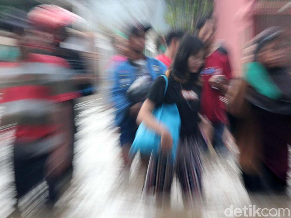 Banjir Tak Juga Surut, Warga Ciledug Indah 1 Mengungsi