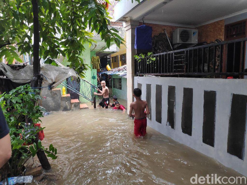 Hujan Deras Semalaman, Perumahan di Pancoran Barat Banjir 40 cm