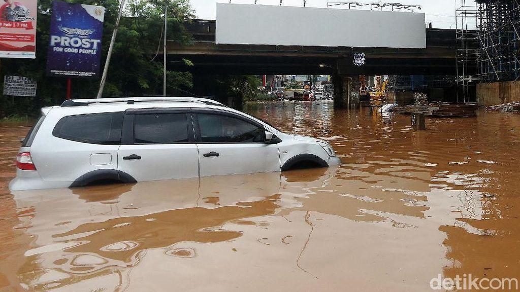 Mobil Mogok Akibat Terobos Banjir di Kolong Tol JORR Kalimalang