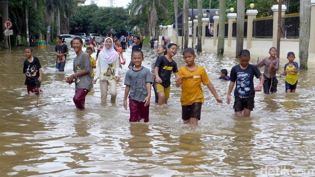Keceriaan Anak-anak Cipinang Kala Main di Tengah Banjir