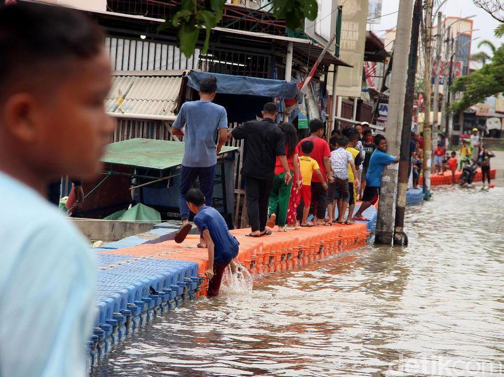 Jembatan Apung Jadi Andalan Warga Periuk Tangerang di Kala Banjir