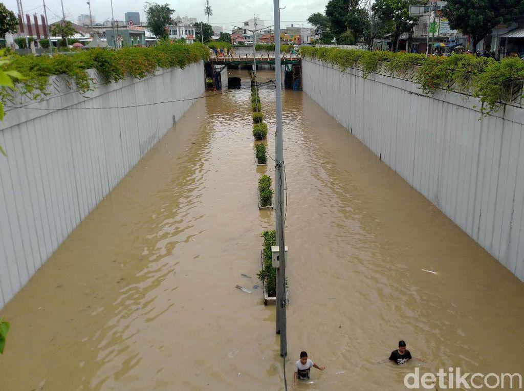 Banjir di Underpass Senen Surut, Kendaraan Bisa Melintas