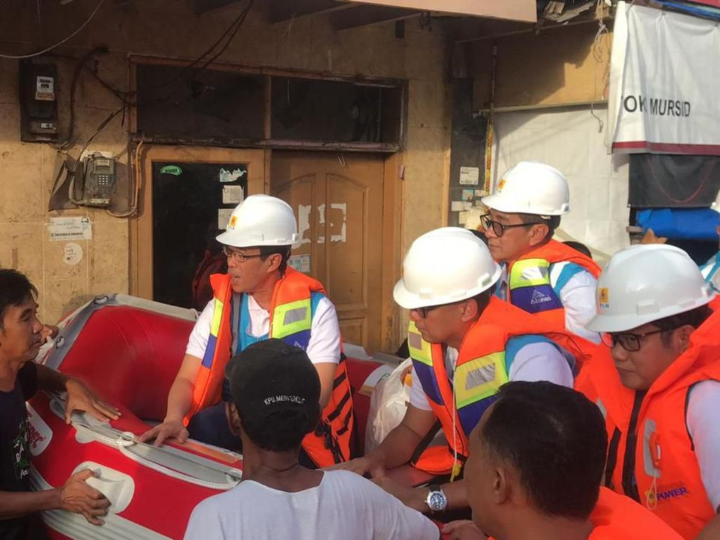 Naik Perahu, Bos PLN Tinjau Kelistrikan di Daerah Banjir