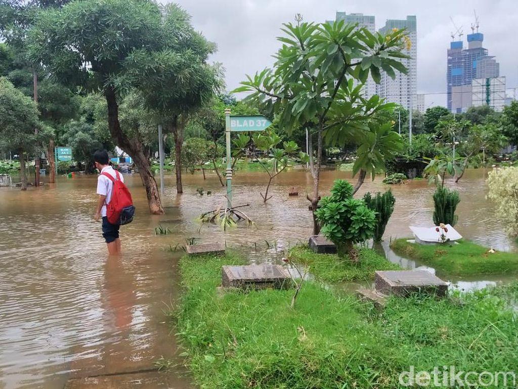 Banjir Rendam TPU Karet Bivak, Rumput dan Tanah Makam Ikut Rusak