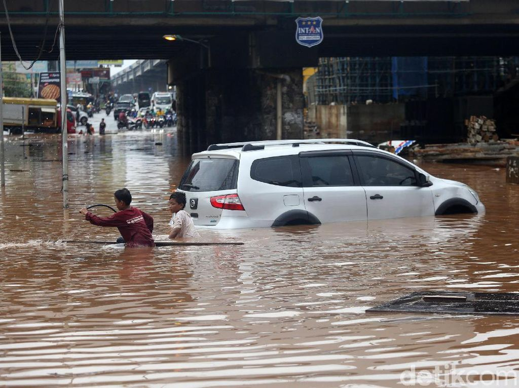 Dampak Buruk Mobil yang Sering Terobos Banjir