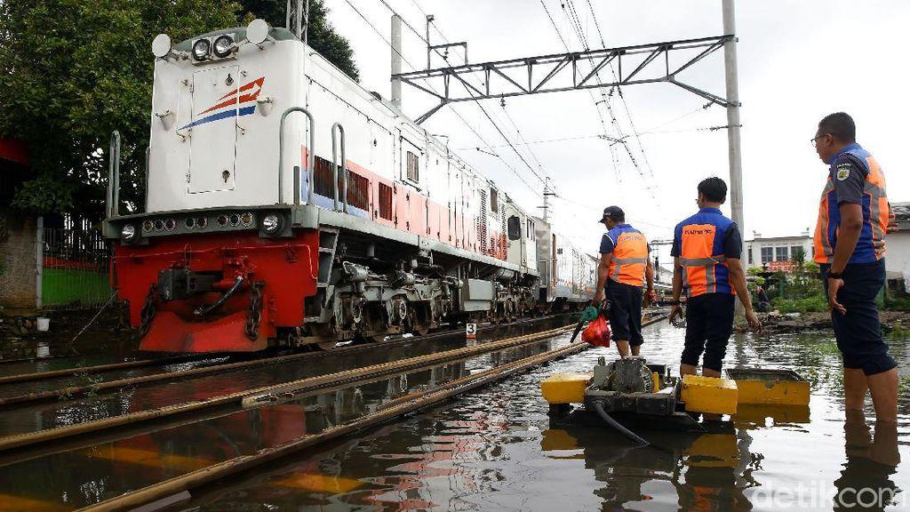 Wesel Kebanjiran, Perjalanan KA di Stasiun Pasar Senen Terganggu