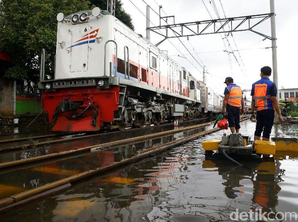 7 KA Relasi Jakarta ke Jateng-Jatim Tertahan di Stasiun Keberangkatan