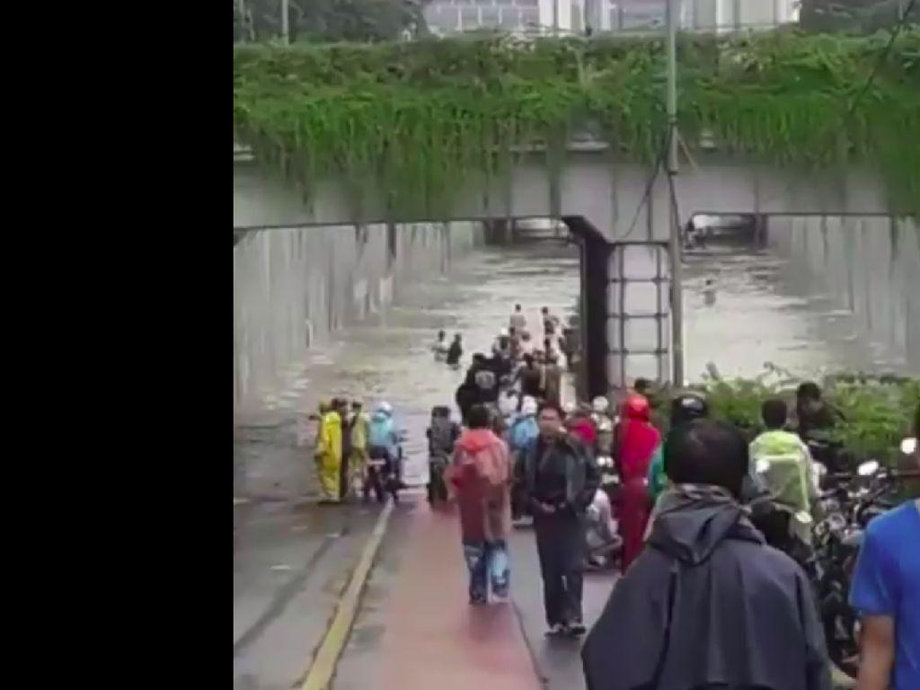 Underpass Jalan Angkasa Kemayoran Kebanjiran dan Tak Bisa Dilalui