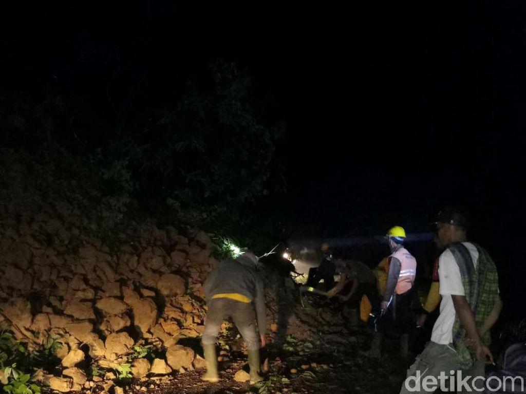 Akses Jalur Penghubung Cianjur-Bandung Tertimbun Longsor