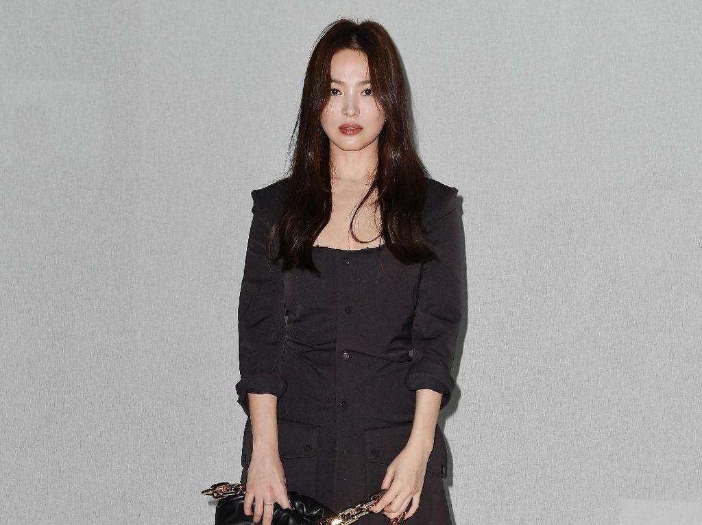 Song Hye Kyo Anggun Berbusana Hitam di Milan Fashion Week