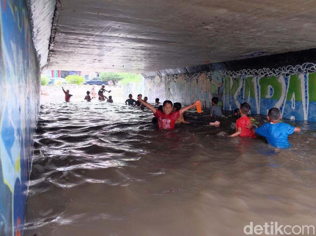 Karawang Dikepung Banjir, Lalu Lintas Underpass Gonggo Semrawut