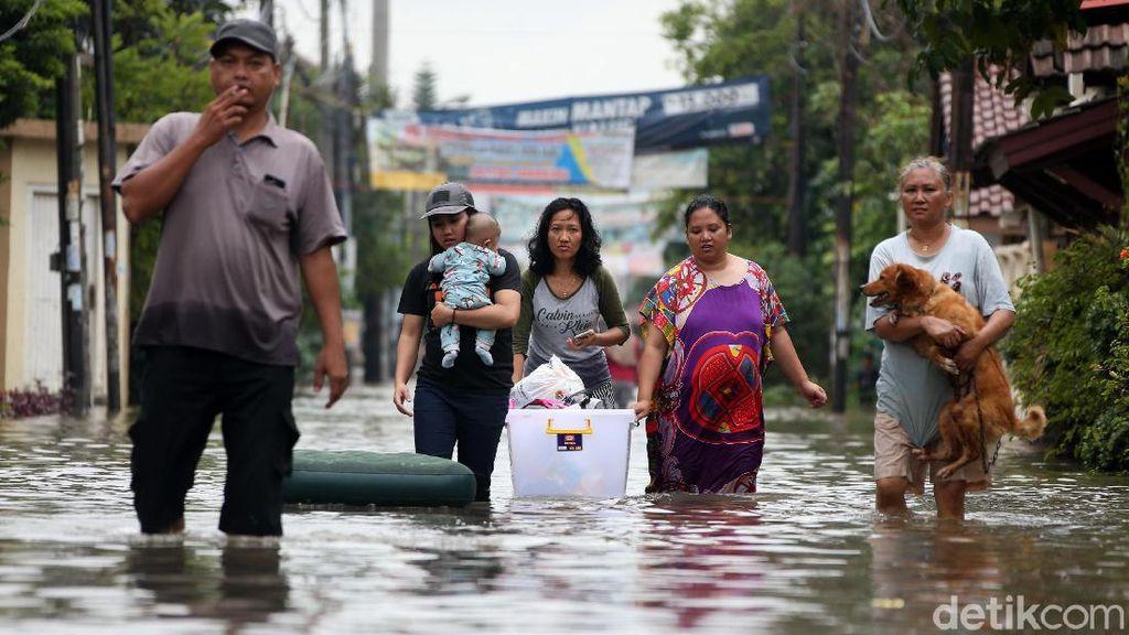 Banjir di BSK Bekasi, Warga Evakuasi Bayi Hingga Hewan Peliharaan
